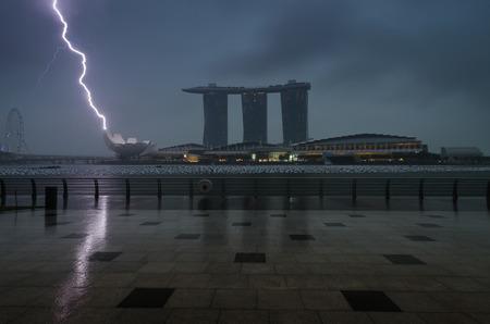 Marina Bay Sands mit Wolken und Blitze und Donner Sturm in Singapur