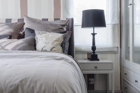 czarne lampy na szarym stoliku w sypialni w domu Zdjęcie Seryjne