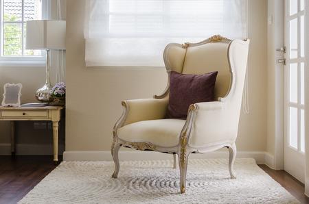 SILLA: silla cl�sica de estilo en la alfombra en el dormitorio en casa Foto de archivo