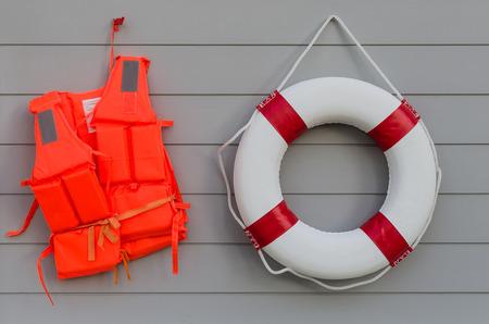 cinturon seguridad: chaleco salvavidas y cintur�n de la vida en la pared de madera