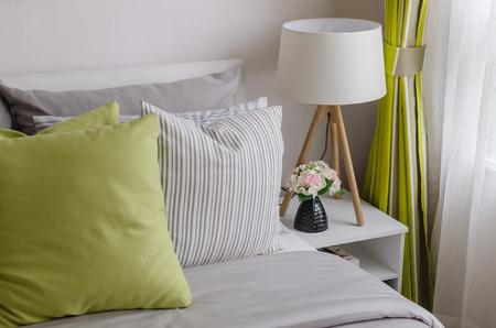 chambre � coucher: chambre moderne avec lampe de bois � la maison