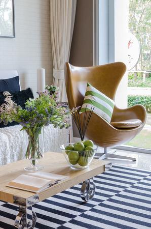 decoracion mesas: moderna sala de estar con la planta en florero sobre la mesa de madera