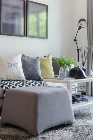modern living room with row of pillow on sofa at home 스톡 콘텐츠