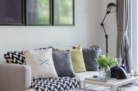Soggiorno moderno con fila di cuscini sul divano di casa Archivio Fotografico - 34874231