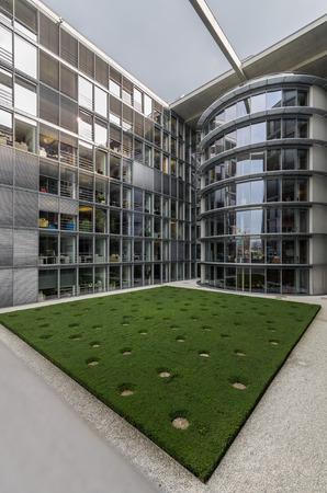 parlamentario: BERLIN - Apirl 17, 2013: El edificio parlamentario Paul Loebe Haus en Berl�n. Las oficinas de cristal y construir casas de concreto para la comisi�n parlamentaria del Bundestaga en Apirl 17, 2013 en Berl�n, Alemania.