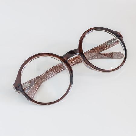 round glasses: gafas redondas sobre fondo blanco