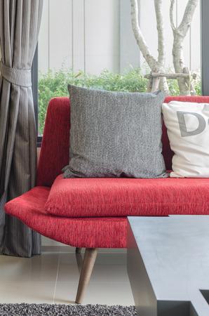 #35933771   Moderne Rote Sofa Mit Kissen Im Wohnzimmer Zu Hause