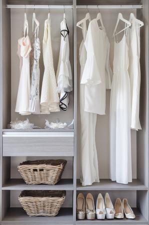 Fila di abito bianco con le scarpe in armadio in casa Archivio Fotografico - 36212463
