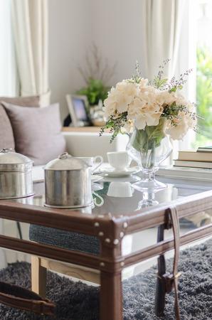 Blume in Glas-Vase auf dem Tisch im Wohnzimmer mit Unschärfe-Effekt Standard-Bild - 37699394