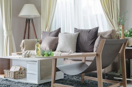 cortinas: moderna sala de estar con sof� y la l�mpara blanca en el pa�s