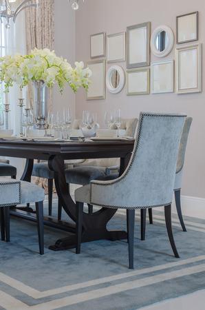 Vase von Pflanzen auf Holztisch in Luxus Esszimmer zu Hause Standard-Bild - 37699276