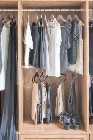 ropa colgada: ropa colgada en el armario de madera en casa