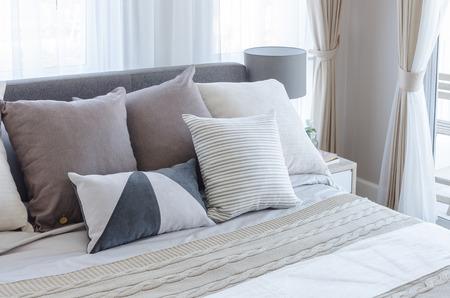 chambre à coucher: chambre moderne avec des oreillers sur le lit à la maison
