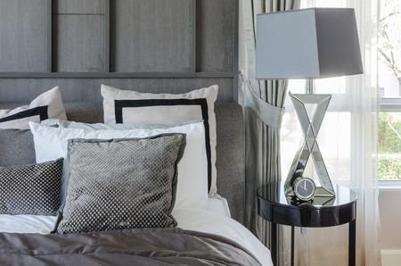 chambre � coucher: chambre design moderne dans des couleurs noir et blanc avec lampe moderne sur table d'appoint