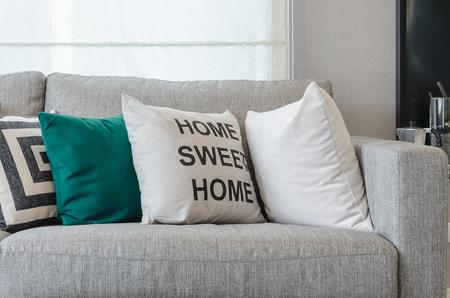 Modernen grauen Sofa mit schwarz-weißen und grünen Kissen im Wohnzimmer Standard-Bild - 45738660