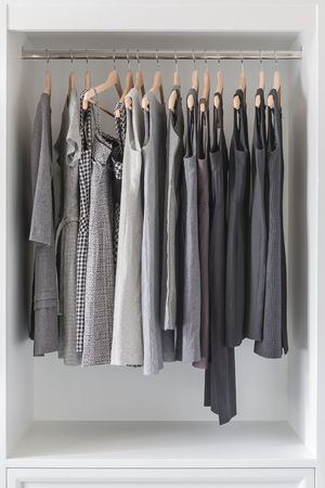 casual clothes: de vestir las mujeres y ropa colgada en el armario blanco