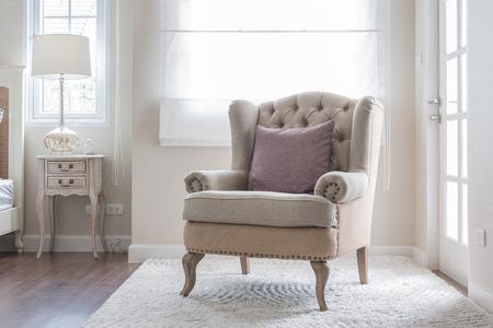 寝室で枕とカーペットの上の古典的な椅子 写真素材