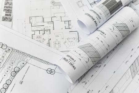 bouwkundige voor bouwtekeningen met broodje van blauwdruk