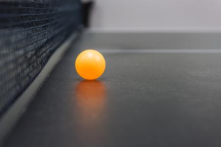 tischtennis: Tischtennis der Ball auf schwarzem Tisch mit Netz