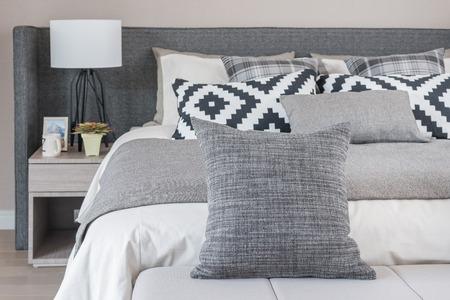 Łóżka i poduszki w nowoczesnych sypialni, czarny i biały odcień koloru Zdjęcie Seryjne