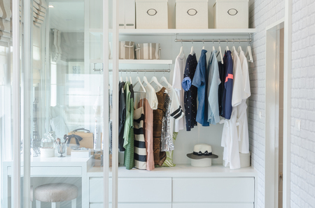 ropa colgada: colgar la ropa en el armario con el sombrero en el hogar
