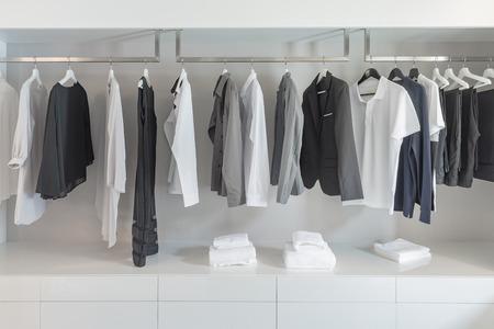 vestiti in bianco e nero tono di colore nella moderna armadio bianco Archivio Fotografico