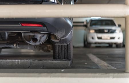 fermer du plancher de parking dans le bâtiment de stationnement