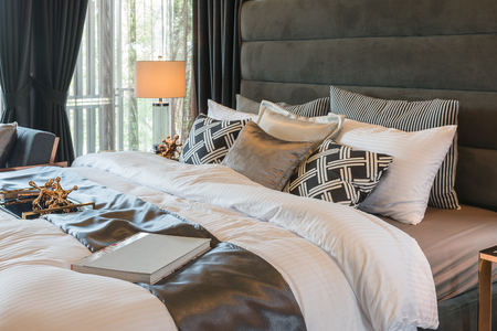 hotel bedroom: classic style king bed size with set of pillows in luxury style bedroom, interior design concept