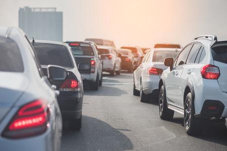 embouteillage sur le chemin de péage avec une rangée de voitures, heure de pointe, processus de style vintage