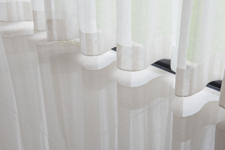 close-up van gordijn, deel van gordijnen bij raam met licht