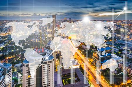 Mapa do mundo e gráfico de negociação na paisagem urbana à noite como pano de fundo, conceito financeiro de negócios Foto de archivo