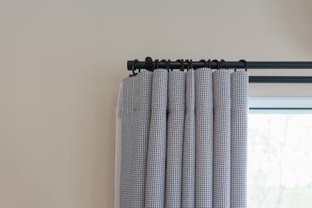 fermé, de, beau, rideau gris, dans, confortable, salle, maison, design intérieur, concept