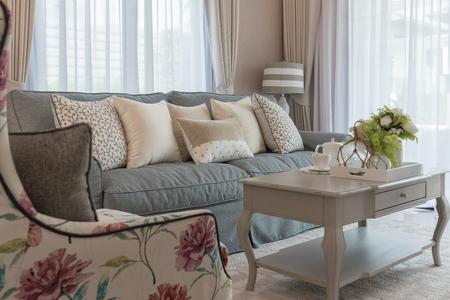 klasyczny styl salonu z elegancką sofą i zestawem poduszek, koncepcja dekoracji wnętrz