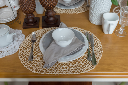 moderner Tisch auf hölzernem Esstisch im modernen Esszimmer gesetzt, Innenarchitekturkonzept