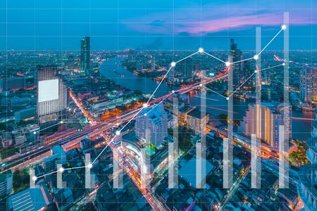 Konzept des Geschäftsbildes mit Finanzdiagrammen und -graphen auf unscharfem Stadtbild als Hintergrund, Weinlesestilprozess