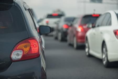 メインストリートの交通渋滞、ダウンタウンの車の列、中央の忙しい人の遠位