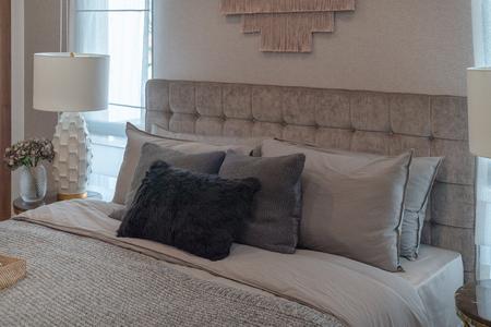 style de chambre classique de luxe avec ensemble d'oreillers sur le lit, concept de décoration de design d'intérieur