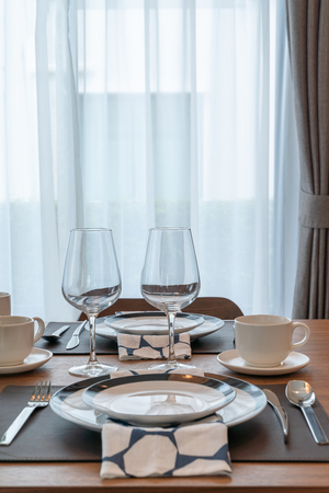 Luxus-Esszimmer mit Tischset, Innenarchitektur-Dekorationskonzept Standard-Bild