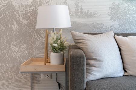Komfortables Wohnzimmer mit modernem Sofa und Kissen, schönes Familienzimmer im modernen Haus, Innenarchitekturkonzept