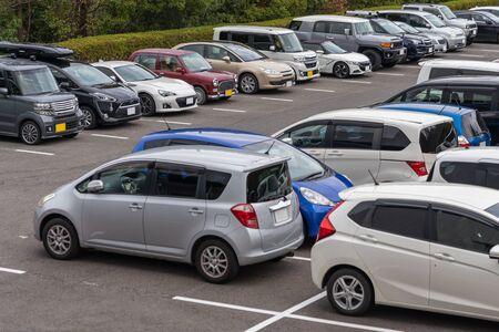 rangée de voitures garées dans un parking extérieur, parking extérieur avec beaucoup de voitures