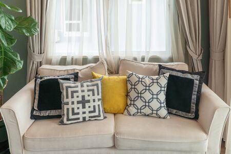 soggiorno moderno con divano bianco moderno e set di cuscini, concetto di decorazione d'interni