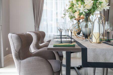 salle à manger classique avec table et chaise en bois, décoration de concept de design d'intérieur Banque d'images