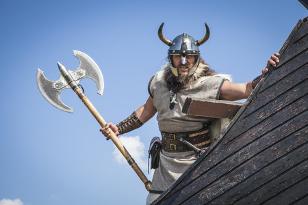 vikingo: enojado de Viking fuerte en su barco Foto de archivo
