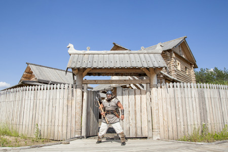 vestidos de epoca: Fuerte vikingo real fuera de su casa