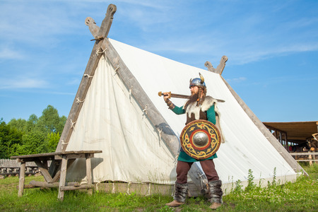 vestidos de epoca: Fuerte vikingo está defendiendo cerca de su territorio Foto de archivo