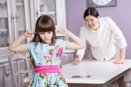 태블릿 전화 (컴퓨터, 태블릿 등)를 과도하게 사용하기 때문에 엄마와 딸이 다툰다. 부모와 아이들 사이의 사회적 문제. 스튜디오 촬영.