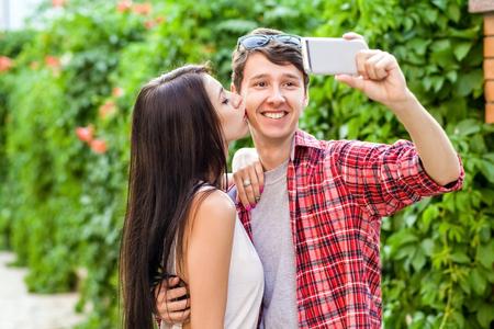 Heureux beau couple prenant un selfie sur un téléphone mobile. étreindre et s'amuser ensemble.