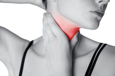 목 또는 갑상선 통증이 젊은 여자의 확대 사진보기. 흰색 배경에 고립. 빨간 점이있는 흑백 사진.