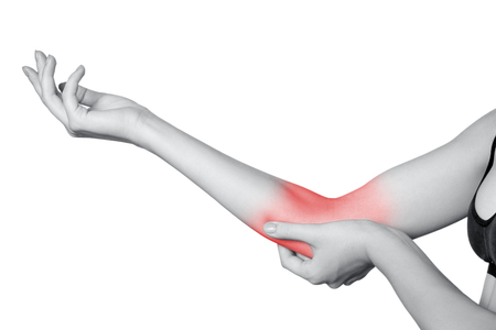肘の痛みを持つ若い女性のクローズ アップ ビュー。 白い背景上に分離。赤のドットのモノクロ写真。