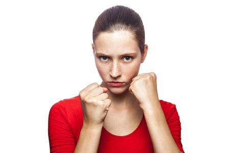 Porträt der starken Boxerfrau im roten T-Shirt mit Sommersprossen mit der Faust. Blick in die Kamera, Studioaufnahme. isoliert auf weißem hintergrund.